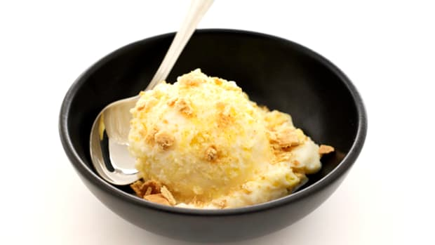 Mango Frozen Yogurt with Graham Crackers