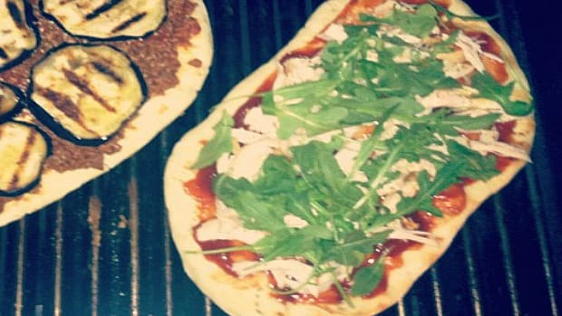 grilled chicken and arugula pizza