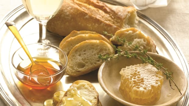 Brie with Infused Honey and Crusty Bread