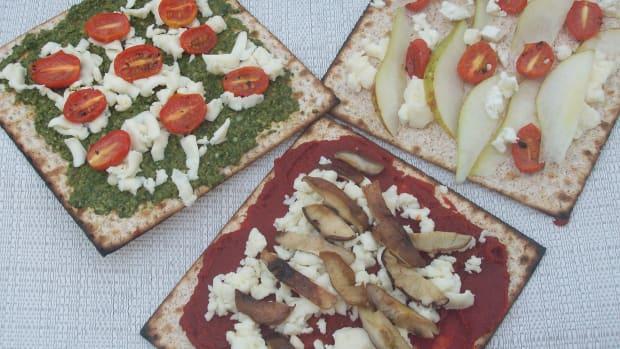 Roasted Garlic Matzo Pizza