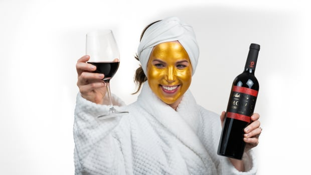 Jamie Gold Mask with Wine