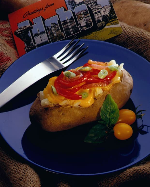 baked idaho potatoes with red pepper and cheddar cheese