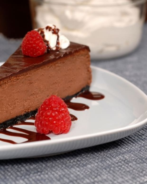 chocolate-cheesecake-with-raspberry