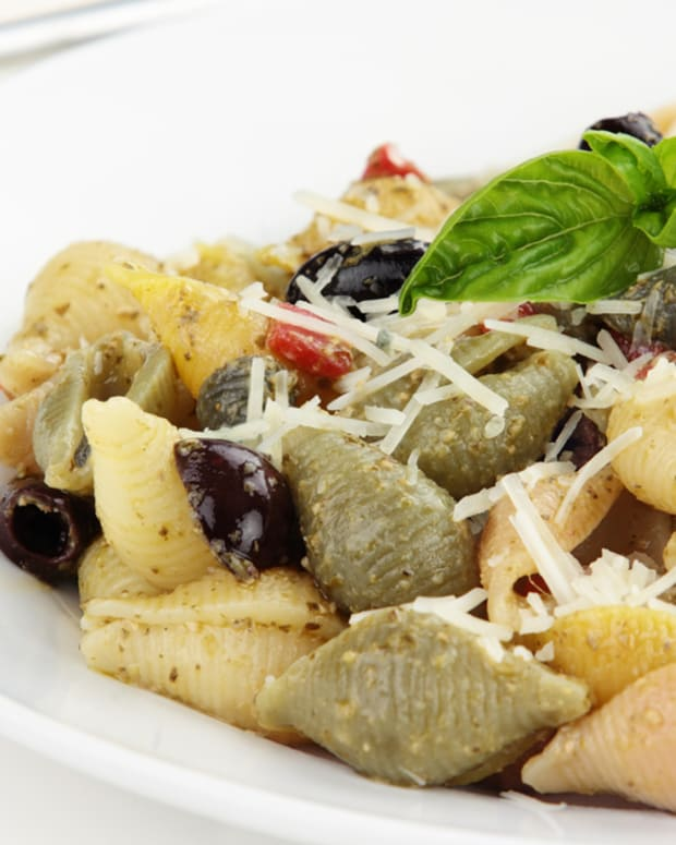 baby-shell-pasta-salad-with-calamata-olives-roasted-fennel-and-grilled-sweet-onion