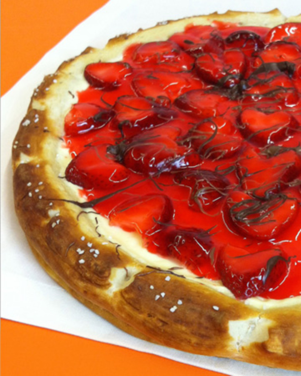 strawberry-cheesecake-dessert-pizza-recipe-vert