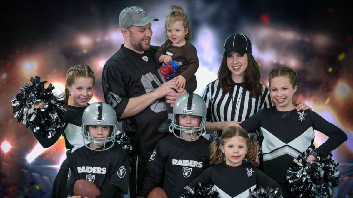 jamie-geller-family-dressed-as-a-raiders-team