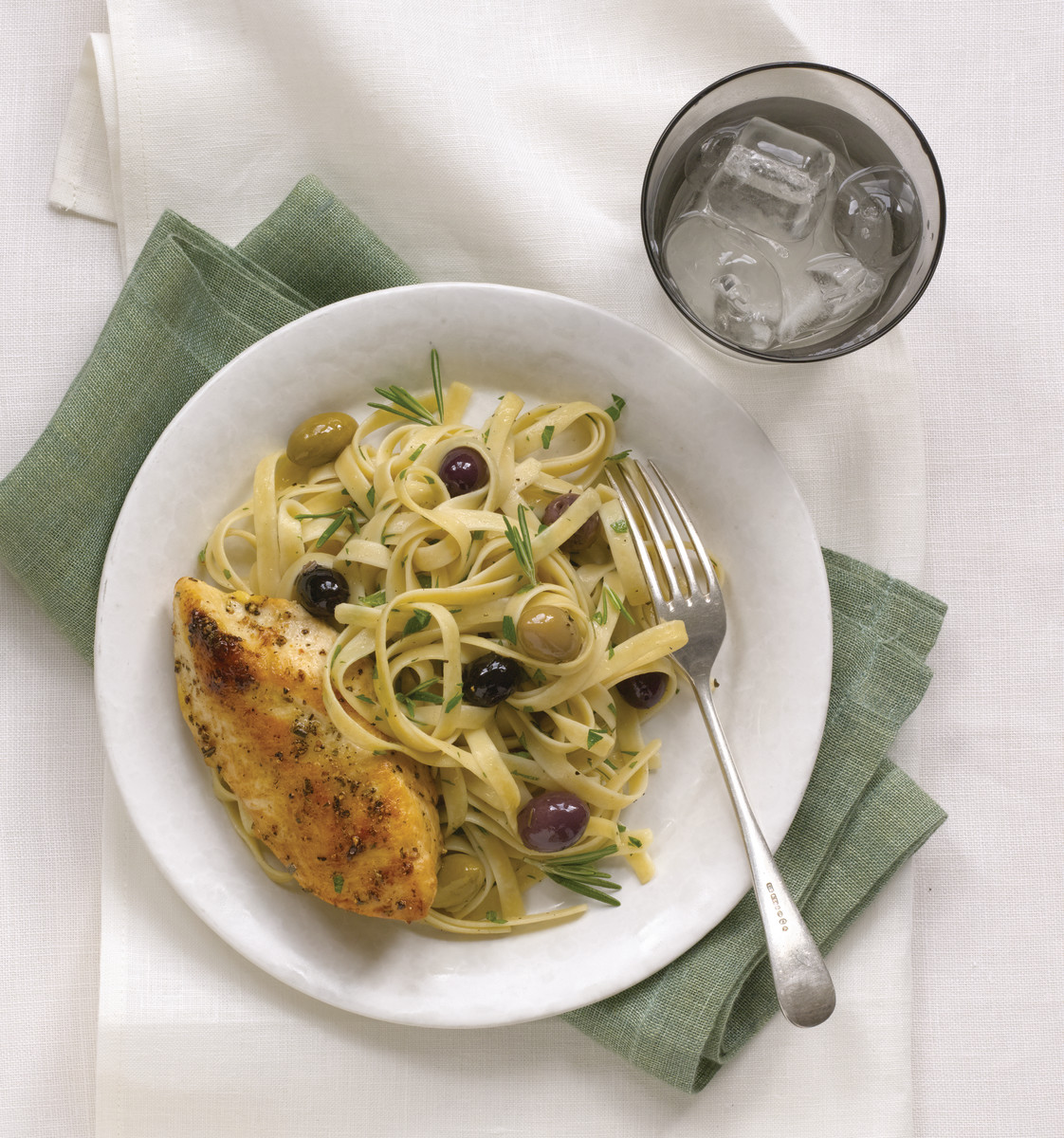 Pasta with chicken and olives