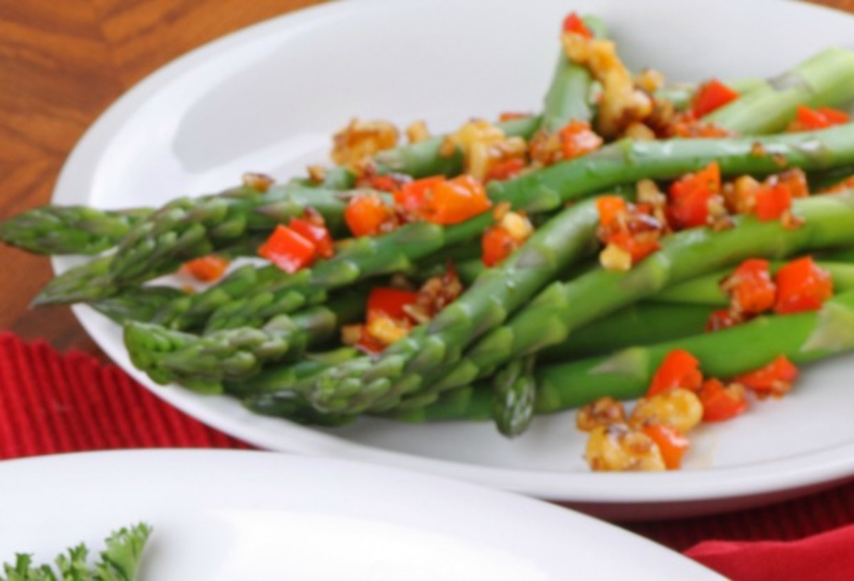 asparagus with peppers and pine nuts