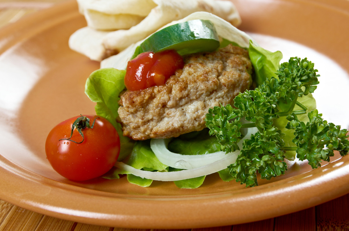 barbecued turkey burgers with creamy cole slaw